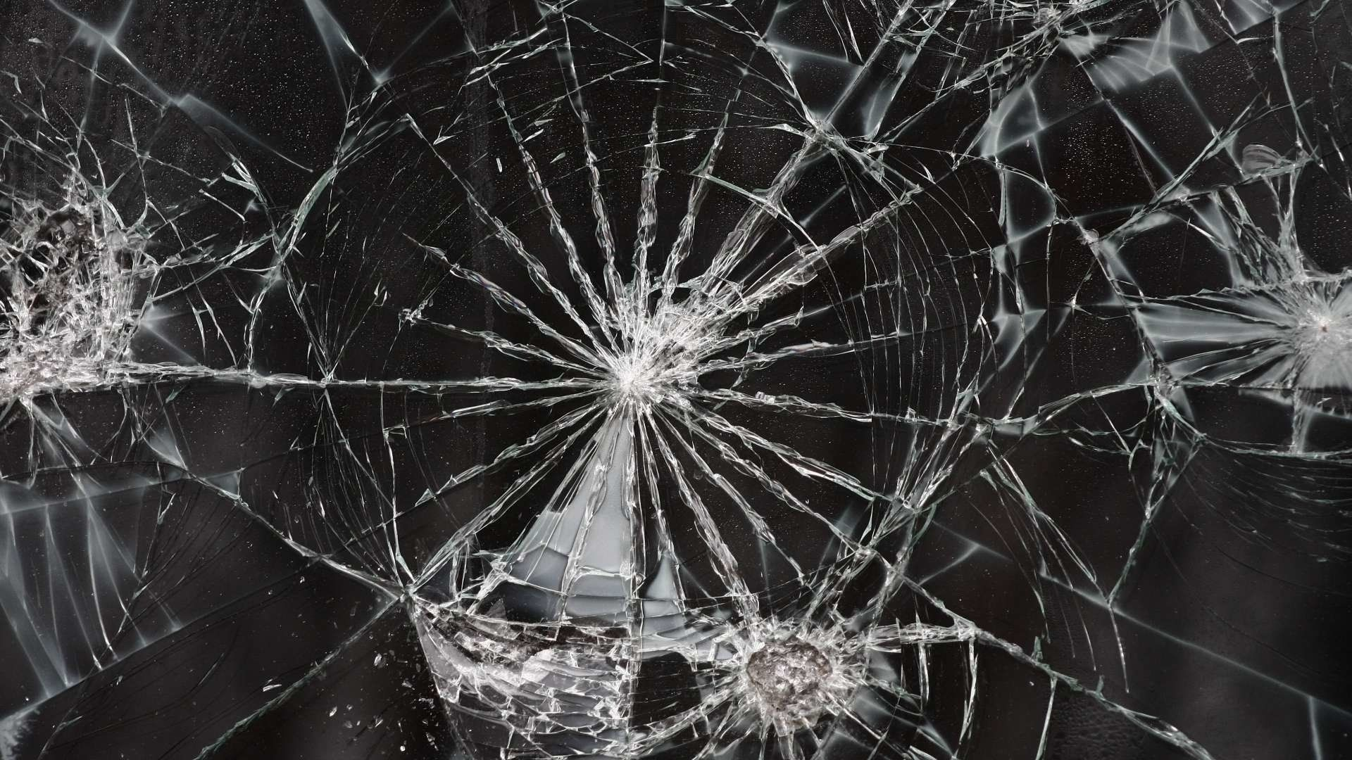 Cracked iPhone wallpaper – How to Fix It