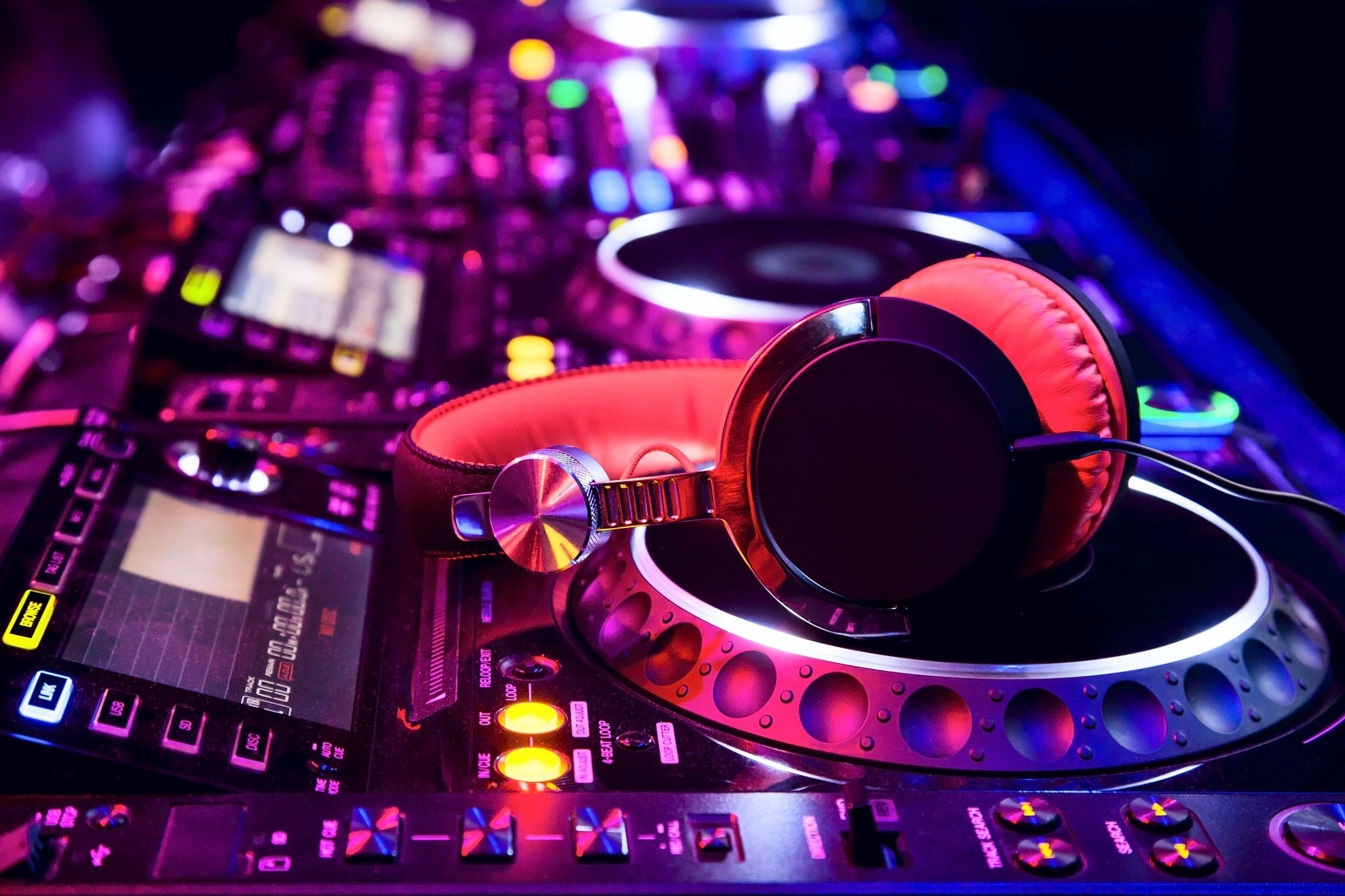 A Guide to Choosing DJ Wallpaper